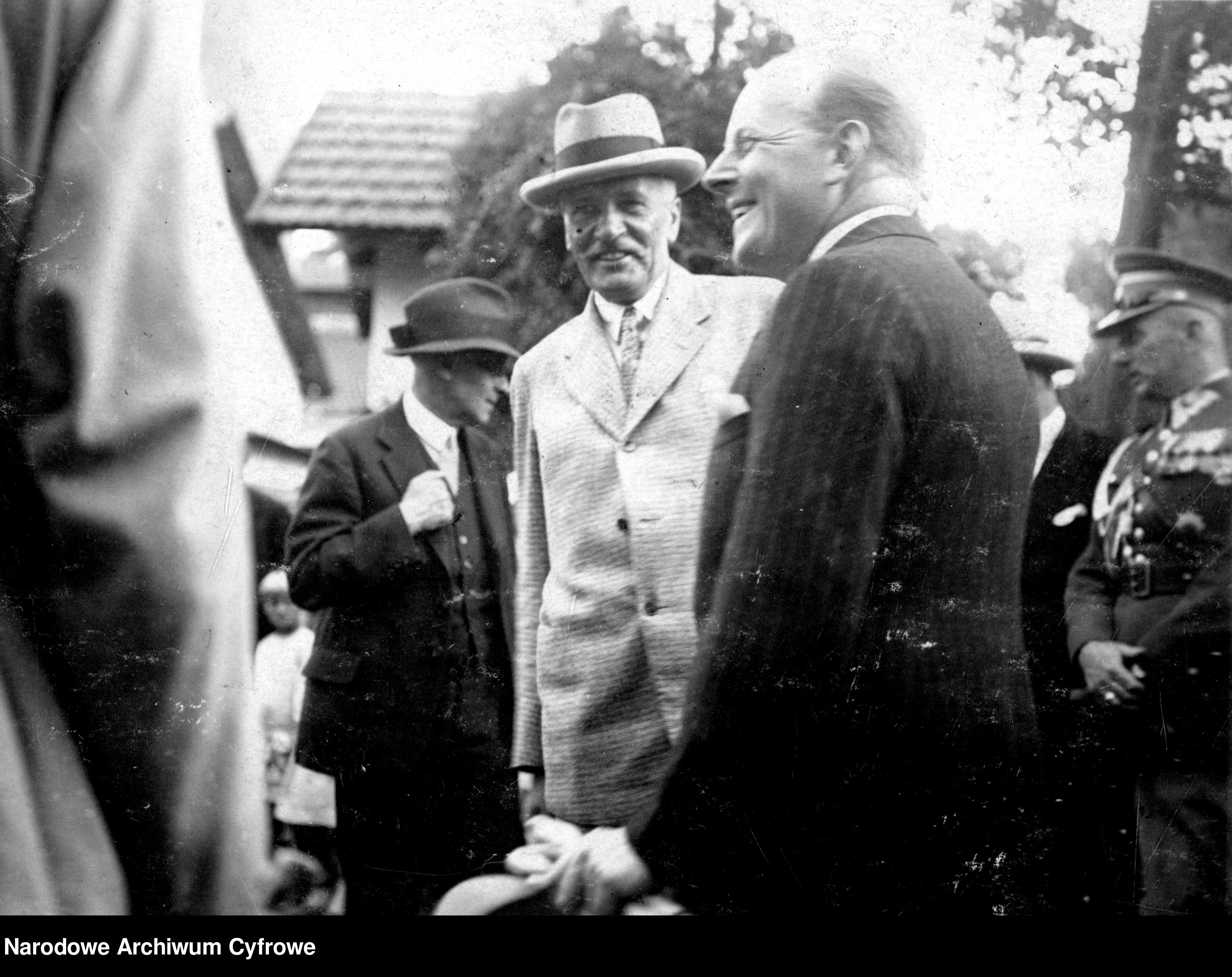 Prezydent Ignacy Mościcki - w jasnym ubraniu - w towarzystwie ordynata łańcuckiego Alfreda Potockiego 19.07.1929 roku.