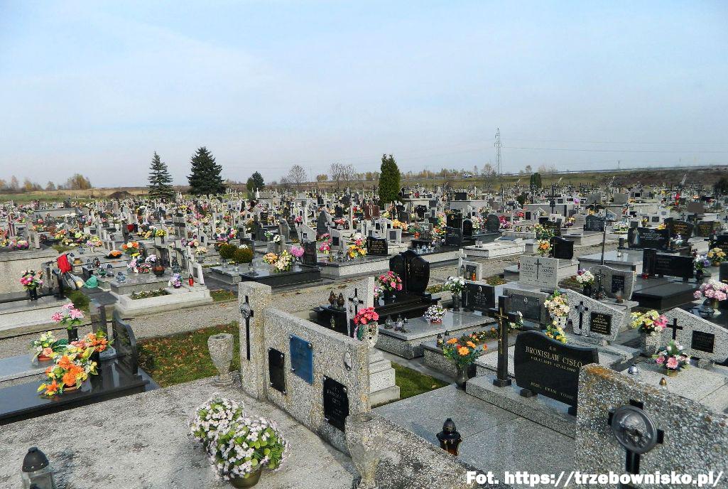 25.10.1947 poświęcony i oddany do użytku został pierwszy cmentarz parafialny w Trzebownisku. Dotychczas miejscowych zmarłych chowano na cmentarzu na Staromieściu.