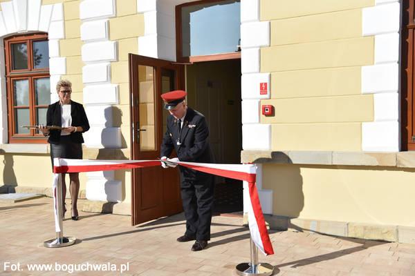 11.10.2019 - W Boguchwale oddano do użytku odnowiony dworzec kolejowy.